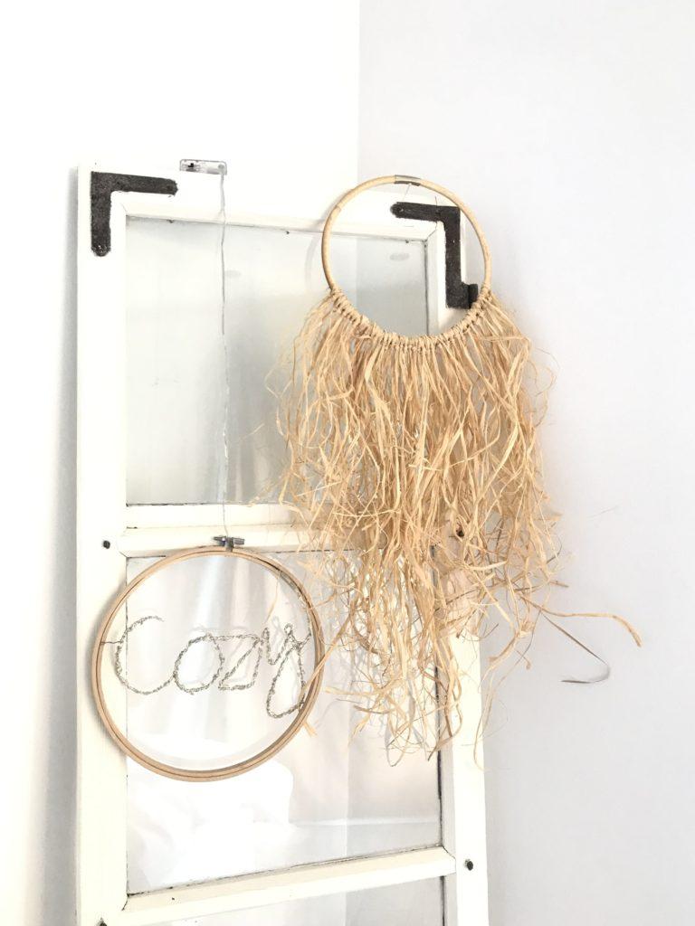 DIY: Kleine DIYs für das ganze Jahr. Wanddeko/ Kranz/ Ring: Bambusring mit Bast. Schöne natürliche und zottelige Deko im Boho Stil. #Chalet8, # Babus, #Bast, #Kranz