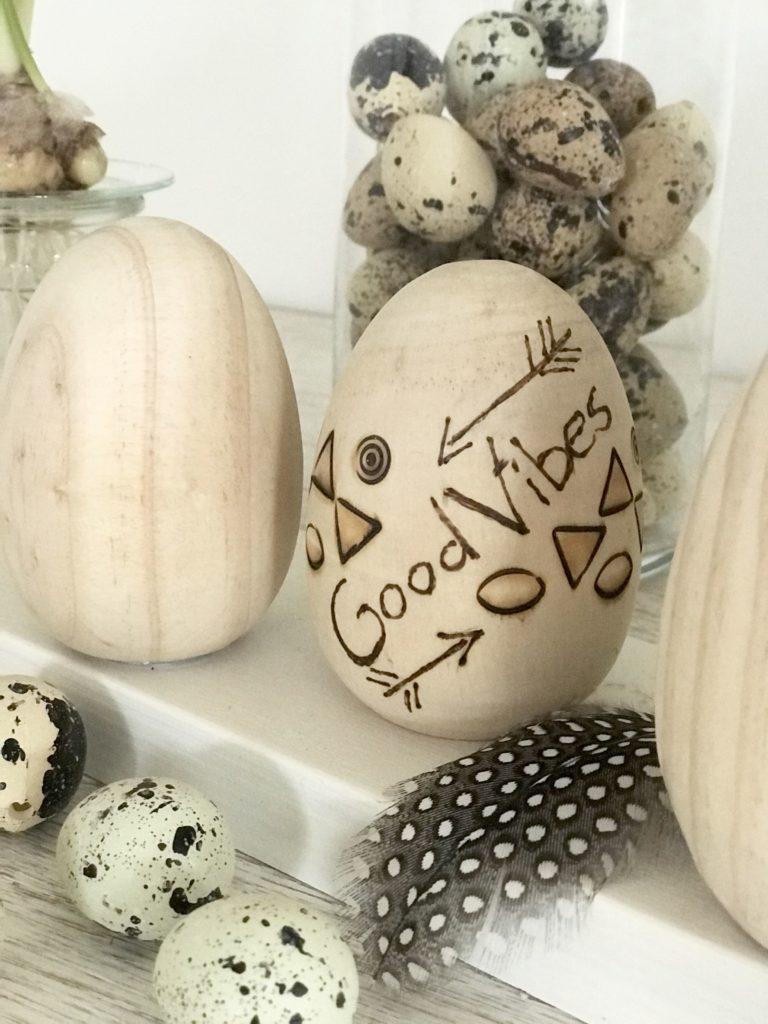 DIY Osterdeko aus Holz basteln. Holzei mit Brandmalerei verschönern. #chalet8 #Osterdeko #Holz #Brandmalerei #Ostern