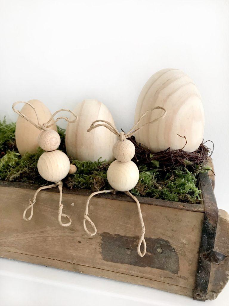 DIY Osterdeko aus Holz basteln. Hasen aus Holzkugeln.#chalet8 #Osterdeko #Holz #Holzkugeln #Osterhase #Ostern
