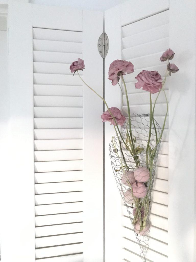 DIY: Kleine DIYs für das ganze Jahr. Frühling: Füllhorn aus Hasendraht mit getrockneten Ranunkeln. #chalet8, #trockenblumen
