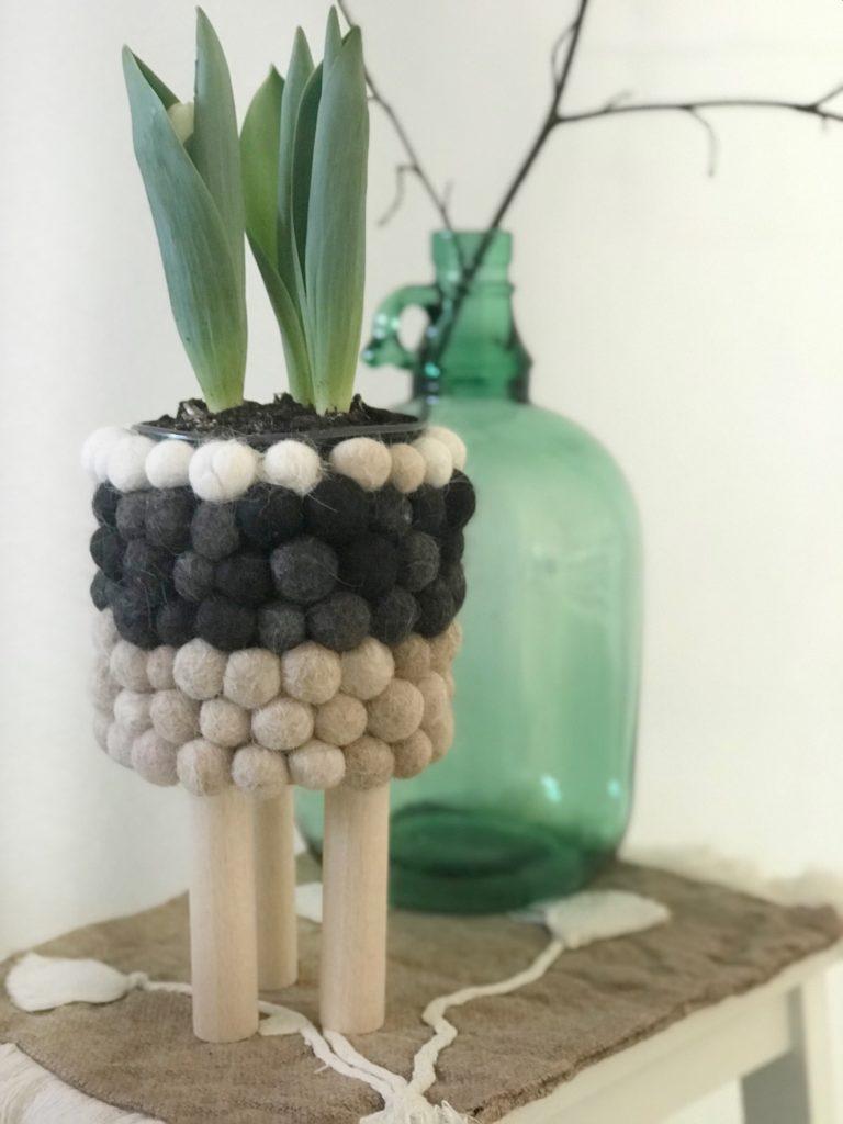 DIY: Kleine DIYs für das ganze Jahr. Kugeliger Blumentopf. Dosen Upcycling mit Filzkugeln. Die Kugeln sind aus Hundewolle gefilzt.. Skandinavisches Design. #chalet8, #Blumentopf, #Filzkugeln