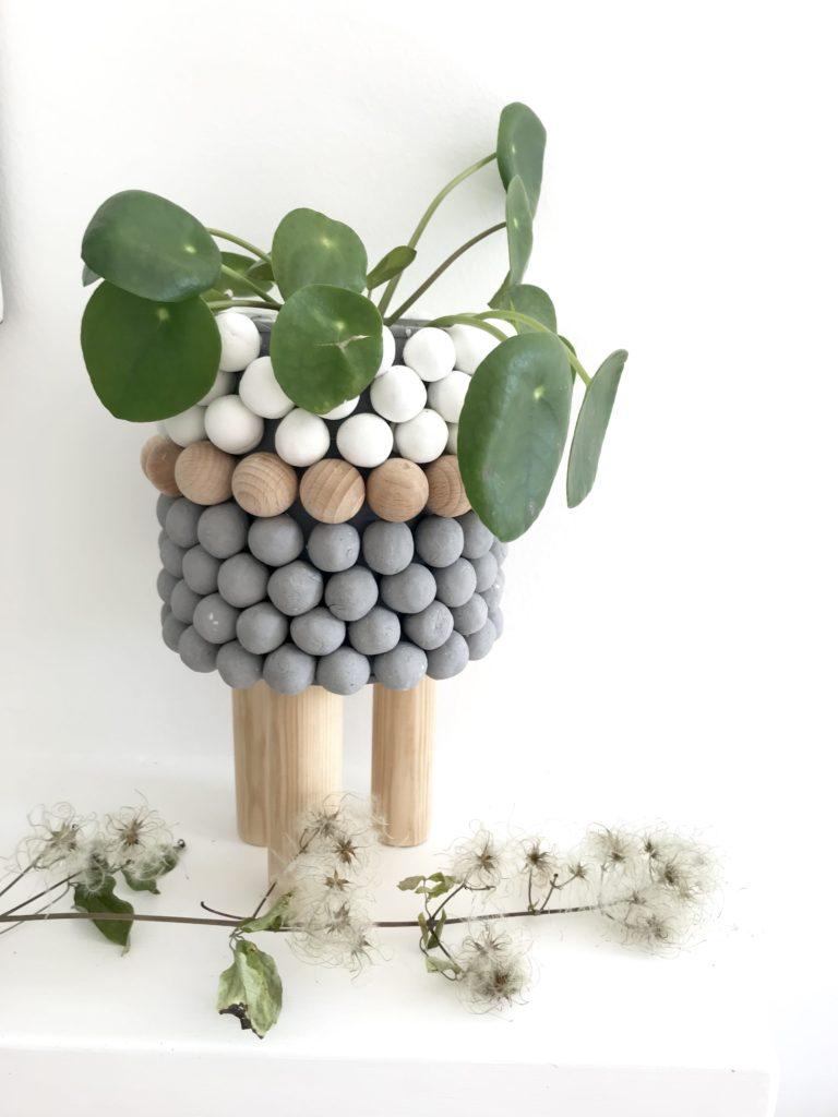 DIY: Kleine DIYs für das ganze Jahr. Kugeliger Blumentopf. Dosen Upcycling mit Kugeln aus Ton/ Modelliermasse und Holz. Skandinavisches Design. #chalet8, #Blumentopf, #Modelliermasse