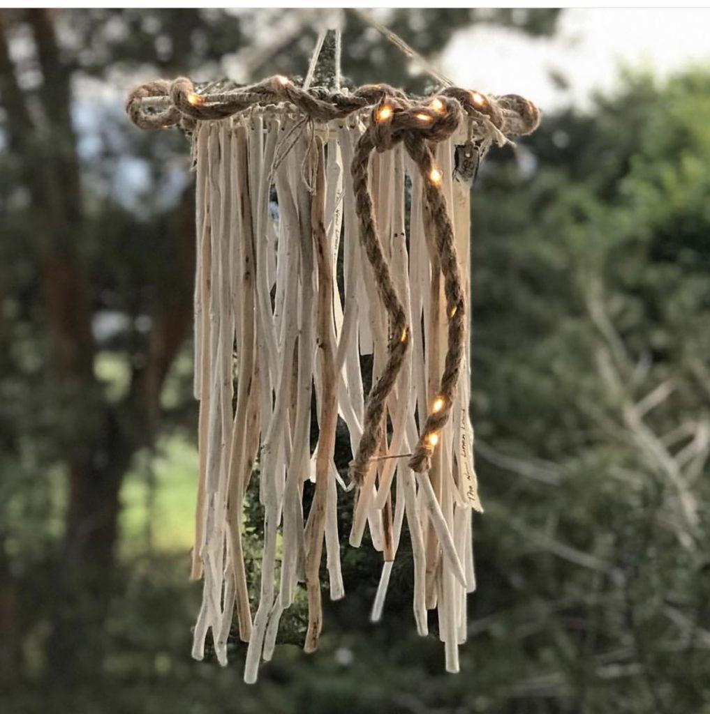 DIY: Kleine DIYs für das ganze Jahr. Sommer: Outdoor Lampe aus Holzstöcken, DIY Lampe mit Naturmaterial. #chalet8, #DIYLampe