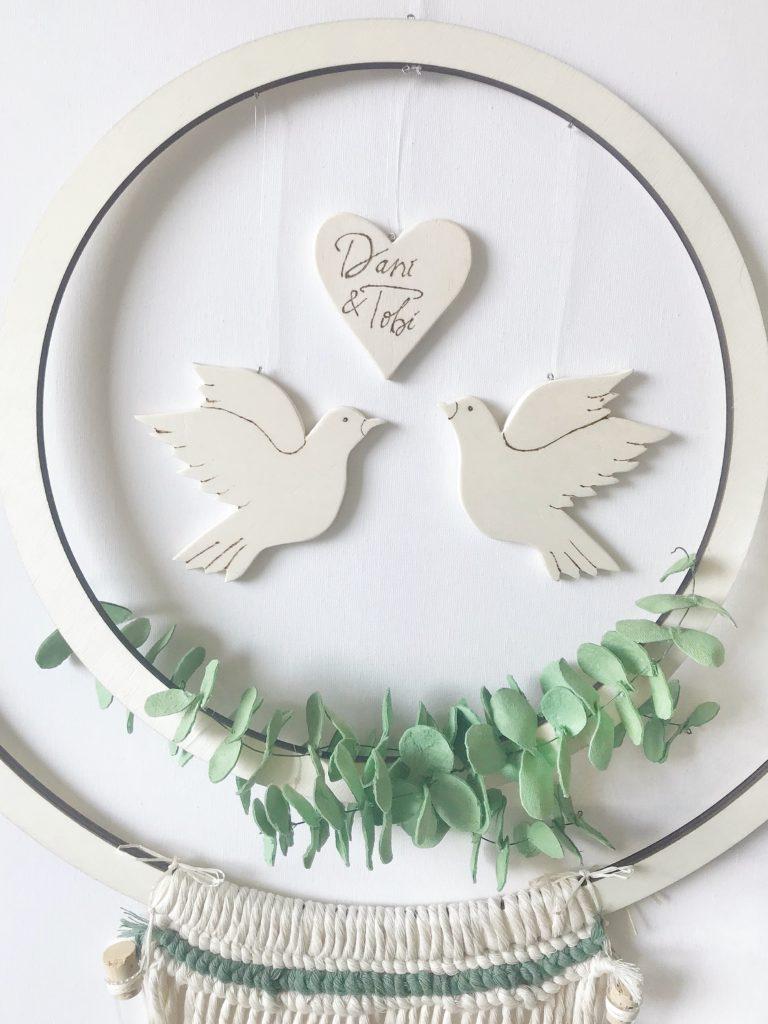 DIY Hochzeitskranz als Geldgeschenk basteln. Hula Hoop Reifen bzw. Holzkranz mit Makramee als Hocheitsgeschenk. #chalet8 #hochzeit #geldgeschenk #hulahoop