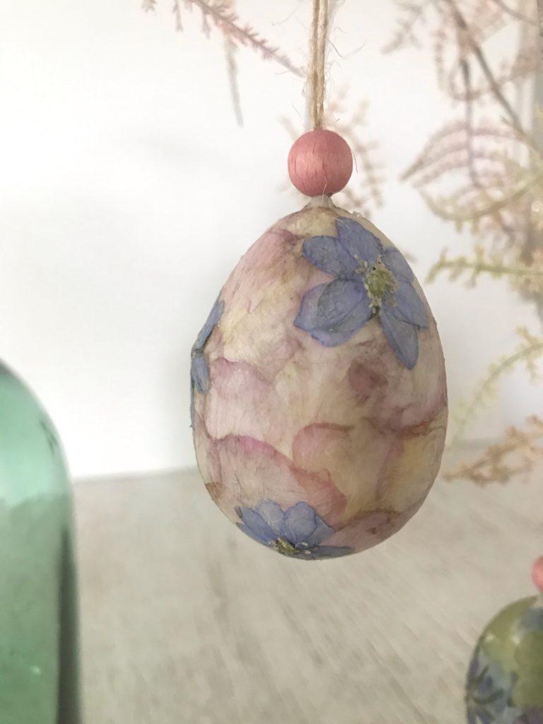 DIY Osterei Deko Extra Plastikeier pimpen mit Blüten. Basteln mit Naturmaterial. #Chalet8 #Osterei #Plastikei #Blüten