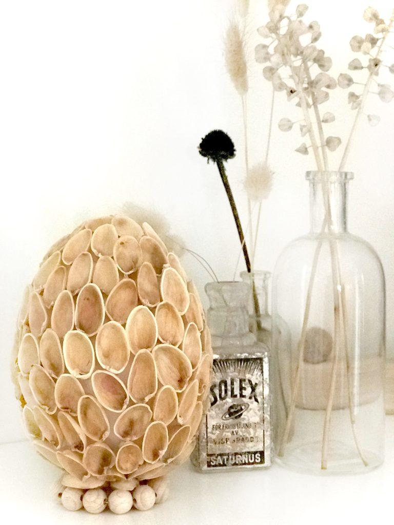 DIY Osterei Deko Extra Plastikeier pimpen mit Naturmaterial: Pistazienschalen. #Chalet8 #Osterei #Pistazienschalen #Plastikei