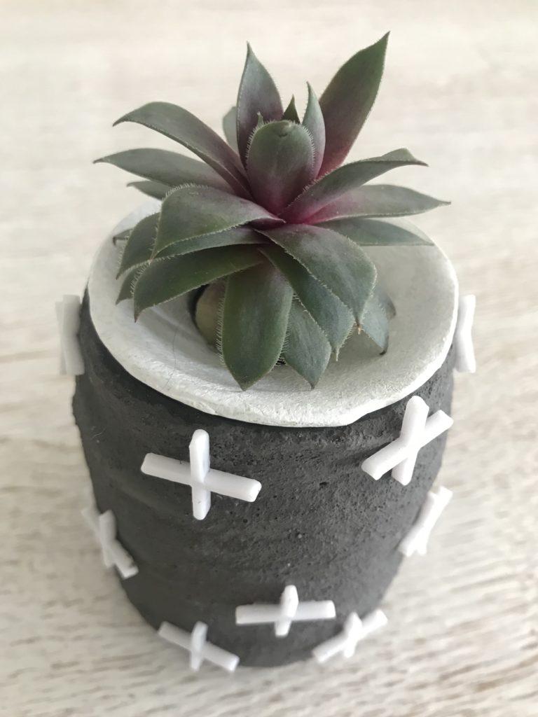DIY Vase aus Beton selber machen mit Fliesenkreuzen. Beton Deko ist modern und zeitlos. #chalet8 #beton #betondeko #betonvase #betondiy #fliesenkreuze