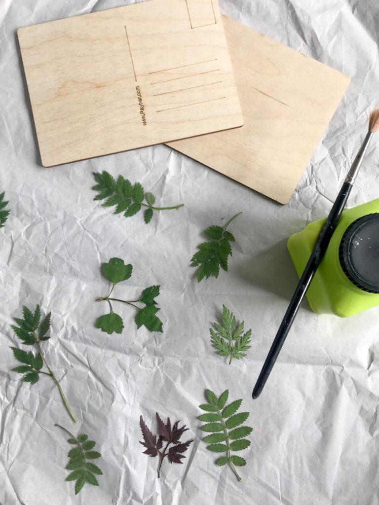 DIY: Gepresste Blätter auf Holz-Postkarte. Holzbild mit Pflanzen. Basteln mit Naturmaterial. Natur-Kunst auf Holz. #chalet8 #gepressteblätter #holzdiy #holzpostkarte