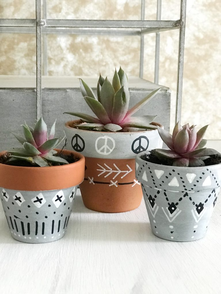 DIY: Blumentopf bemalen in Scandi Boho Look. Blumentopf in Betonoptik. #chalet8 #Bohodeko #Blumentopfbemalen #DIYBoho