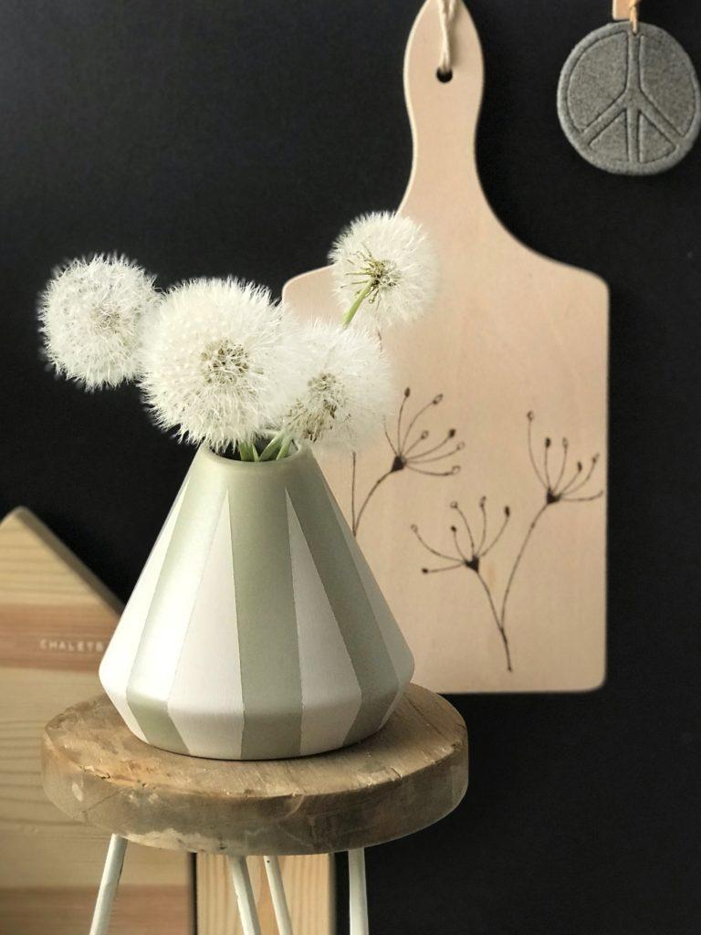 DIY: Blumenvase bemalen in Scandi Look. #chalet8 #Scandideko #DIYBlumenvase #scandideko