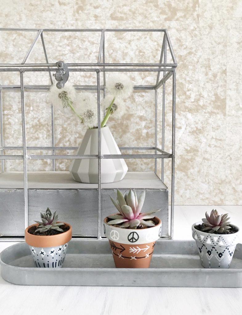 DIY: Blumentopf und Blumenvase bemalen in Scandi Boho Look. Blumentopf in Betonoptik. #chalet8 #Bohodeko #Blumentopfbemalen #DIYBlumenvase #DIYBoho