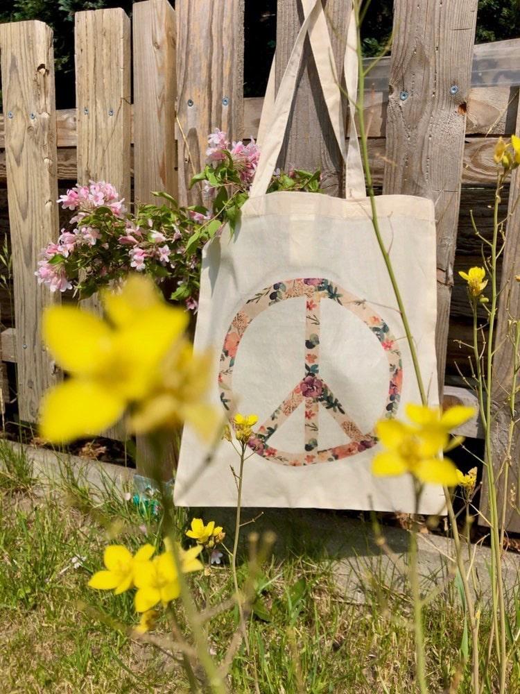 Bügelbild selber machen mit Hausmitteln: Flower Power Peace Zeichen auf Jutebeutel. Peacezeichen aus Serviette wird auf Stoffbeutel gezaubert. #chalet8 #bügelbildselbermachen #Peacezeichen