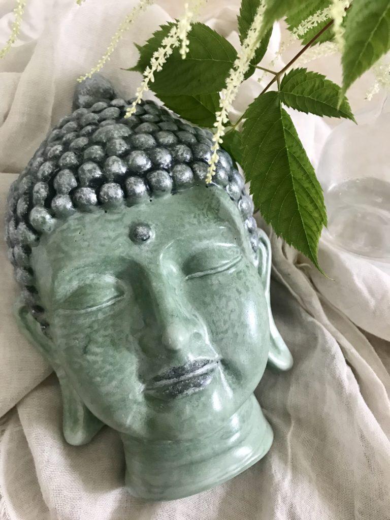 Gießpulver Raysin. Was ist das? Unterschied 100/200 Raysin. Vergleich mit Gips und Beton. Anleitung zum Basteln mit Raysin mit vielen Tipps aus der Praxis. #chalet8, #rayher #gießpulver #gießmasse #gießform #buddha