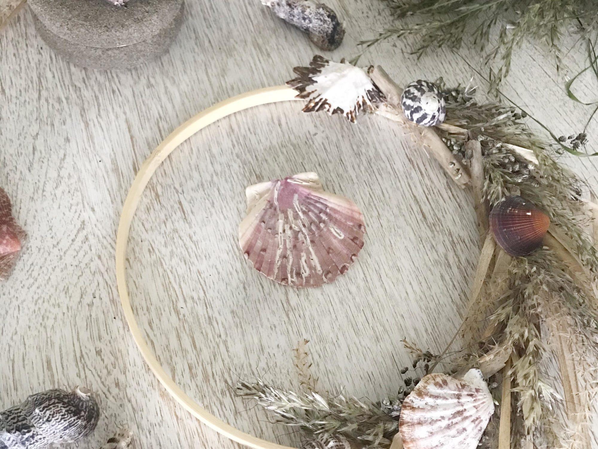 DIY: Maritime Deko selber machen mit Naturmaterial. Leichter Kranz aus Gräsern und Muschel und schöne Schmuckdose mit Muscheln und echtem Sand. #Chalet8 #Muschelkranz #Sommerdeko #Gräserkranz #maritimedeko