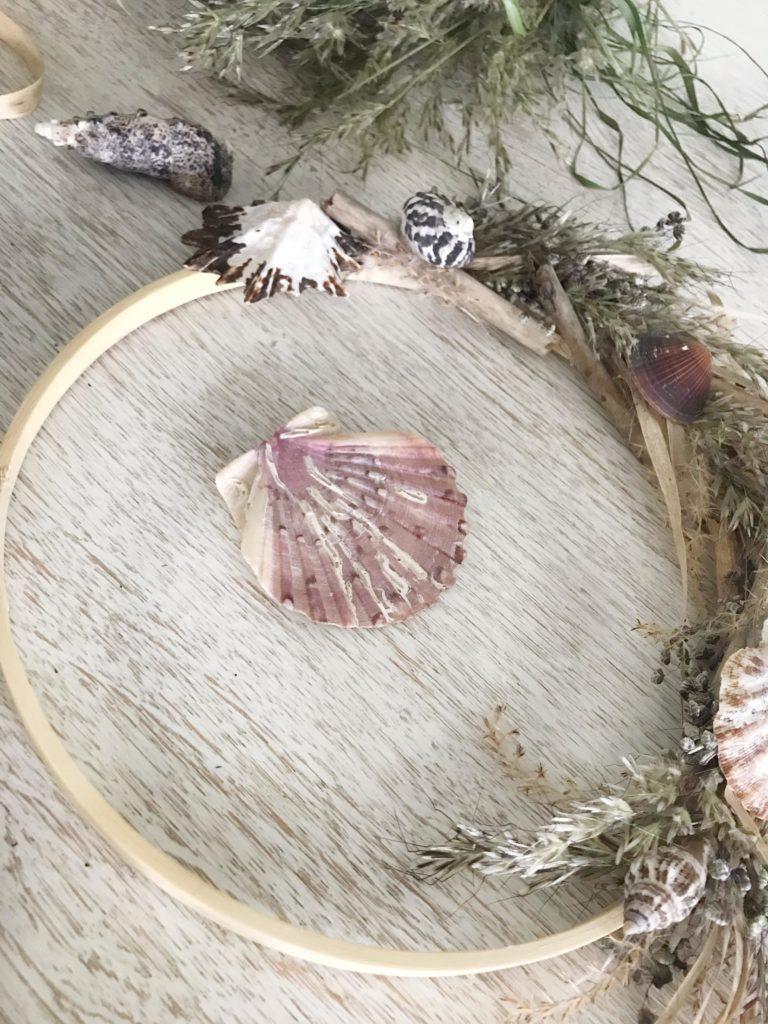 DIY: Maritime Deko selber machen mit Naturmaterial. Leichter Kranz aus Gräsern. #Chalet8 #Muschelkranz #Sommerdeko #Gräserkranz #maritimedeko