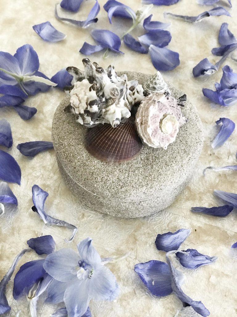 IY: Maritime Deko selber machen mit Naturmaterial. Schöne Dose mit Muscheln und echtem Sand. #Chalet8 #Muscheldeko #Sommerdeko #maritimedeko