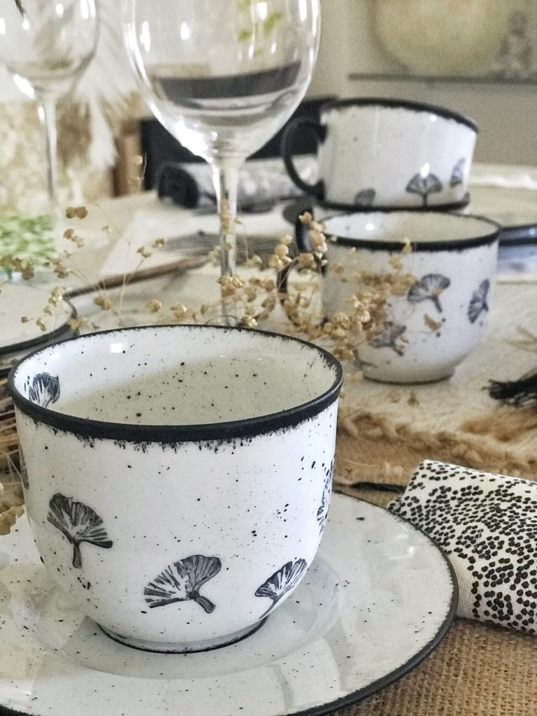 Upcycling: Geschirr bemalen und bestempeln. Anleitung: Geschirr Set zum Verlieben selber machen. #chalet8 #geschirrbemalen #geschirrset #spülmaschinenfest #steingut