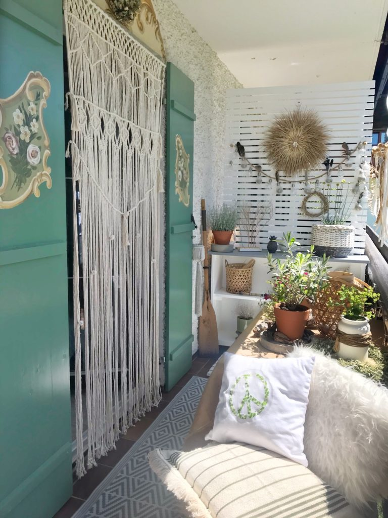 DIY: Mobiles Pflanzregal mit Sichtschutz für Balkon oder Garten selber bauen. Heimwerken. Selbst ist die Frau. Pflanztisch und Makrameevorhang . Sichtschutz für Terrasse.#Chalet8, #Pflanzregal #Makramee