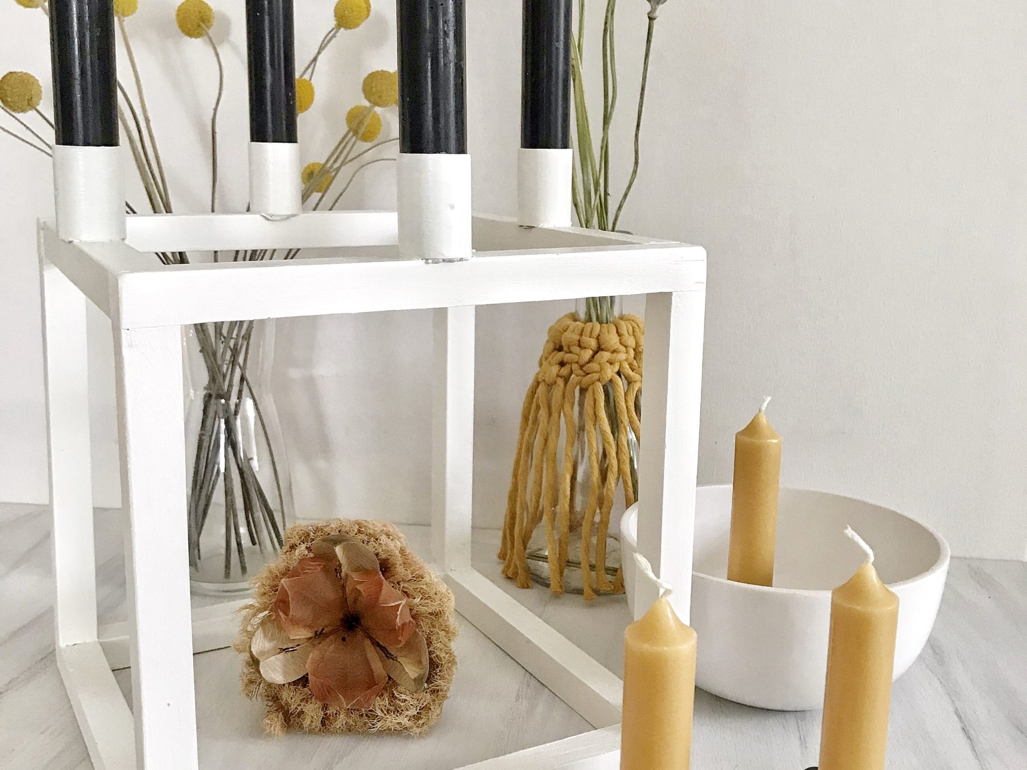 DIY: Drei Kerzenleuchter im skandinavischen Design. Skandinavische Kerzenhalter selber machen. Günstige Kerzenständer basteln. #chalet8 #kerzenleuchter #kerzenständer #kerzenhalter #skandidesign