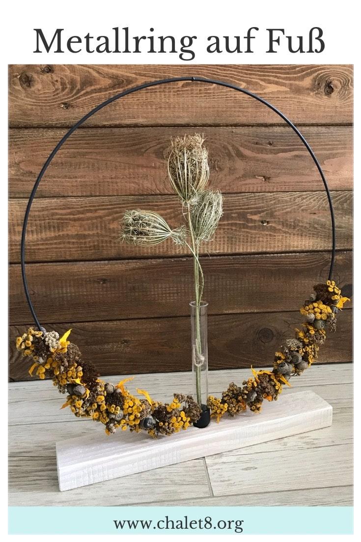 DIY: Metallring auf Fuß als Flower Hoop oder Kerzenring. Stehenden Dekoring für Blumen oder Kerzen selber machen. Egal ob als Blumenkranz oder Lichtkranz, dieses Designer Stück macht Eindruck. #chalet8 #flowerhoop #metallring #diydekoring #kerzenring