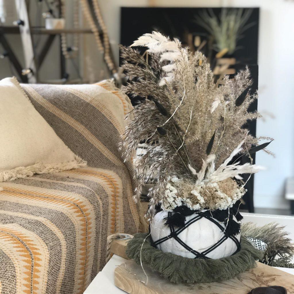 DIY: Kürbis Deko mit Makramee und Blumen. Kürbis Vasen mit Trockenblumen oder Sukkulenten sind eine tolle Herbstdeko. #chalet8 #Kürbisdiy #Kürbismakramee #Kürbisvase #Kürbisdeko #Herbstdeko