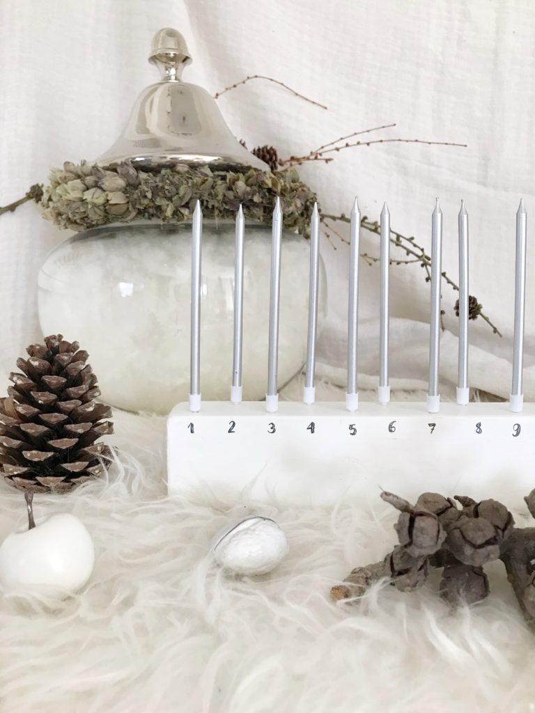 DIY Adventskalender aus Holz mit Kerzen wird zum Flowergram für Trockenblumen. Die Beschriftung erfolgt mit Wasserschiebefolie. #chalet8 #adventskalender #DIYadventskalender #Wasserschiebefolie