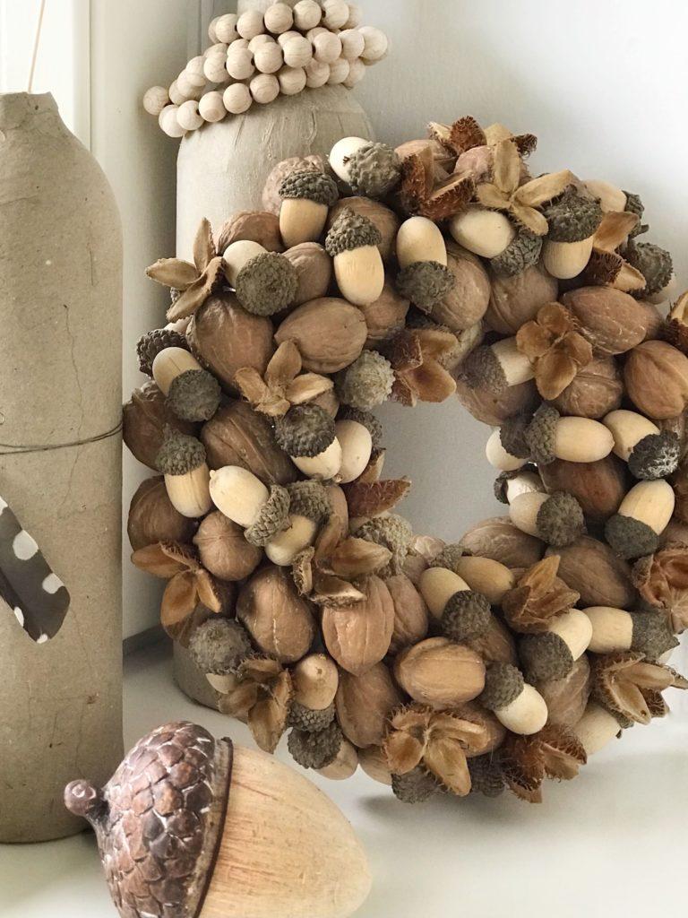 DIY: Nusskranz. Herbstdeko oder Winterdeko. Schöne Kranz Idee. Nachhaltiger Nusskranz mit Holzeicheln und Bucheckern. Dieser Kranz hält ewig. #chalet8, #nusskranz #herbstkranz #herbstdeko #herbstdiy