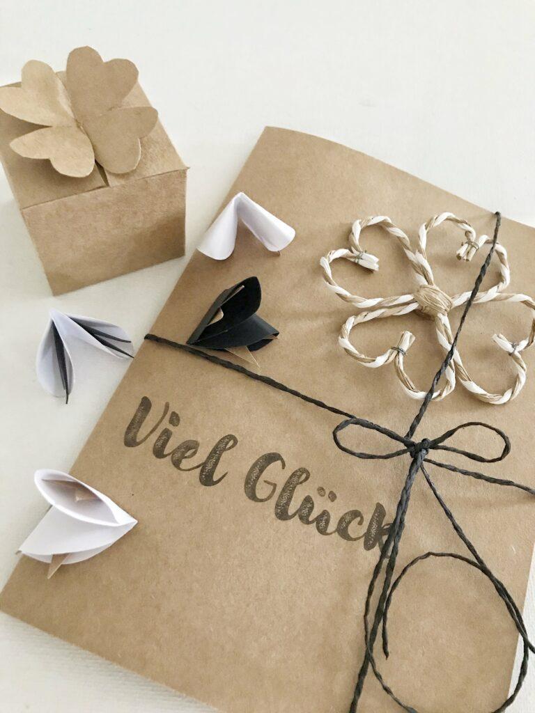 DIY: Glücksbringer basteln für Silvester, Geburtstag, Prüfungen. Einfach aus Papier süße Glücksbringer selber machen. #chalet8 #glücksbringer #kleeblatt #geschenkidee