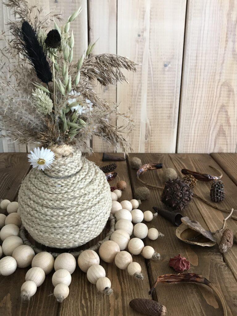 DIY Holzperlen Kranz als Tischdeko. Basteln mit Holzperlen. #chalet8 #holzperlen #holzkugeln #holzperlenkranz #holzkugelkranz