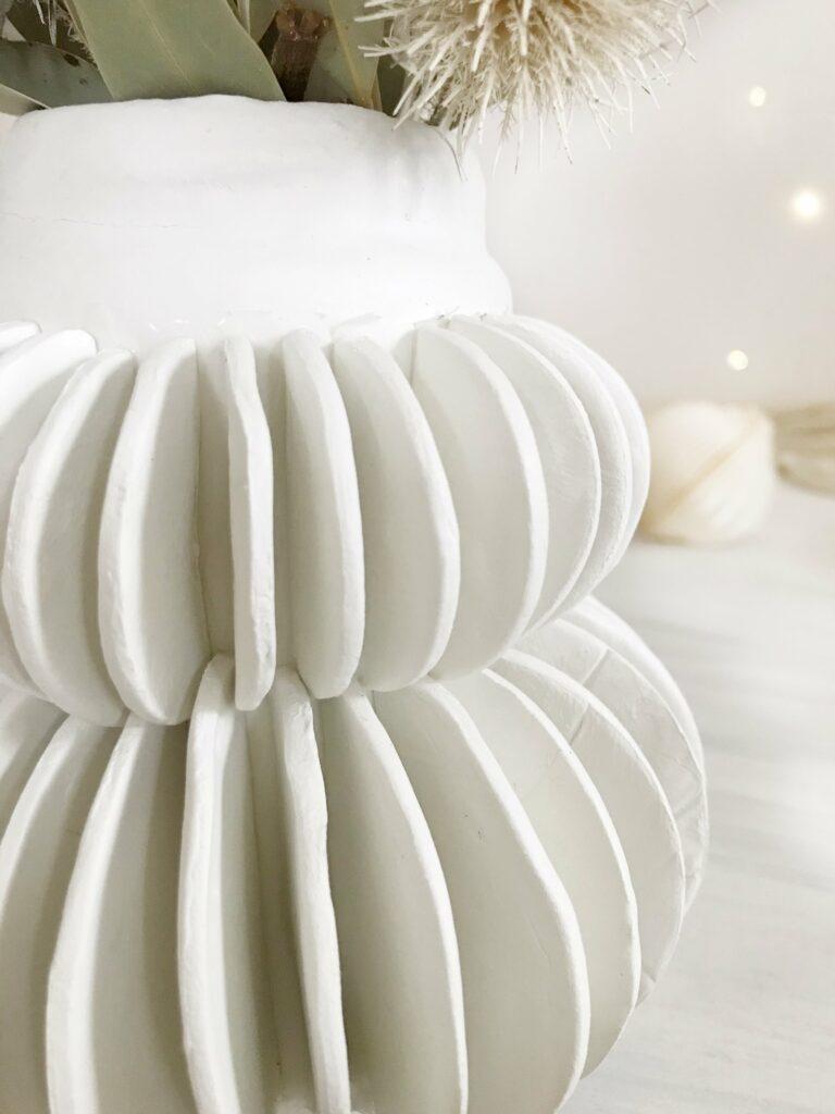 DIY: Lamellen Vase aus Modelliermasse töpfern ohne brennen. #chalet8 #diyvase #modelliermasse #töpfern