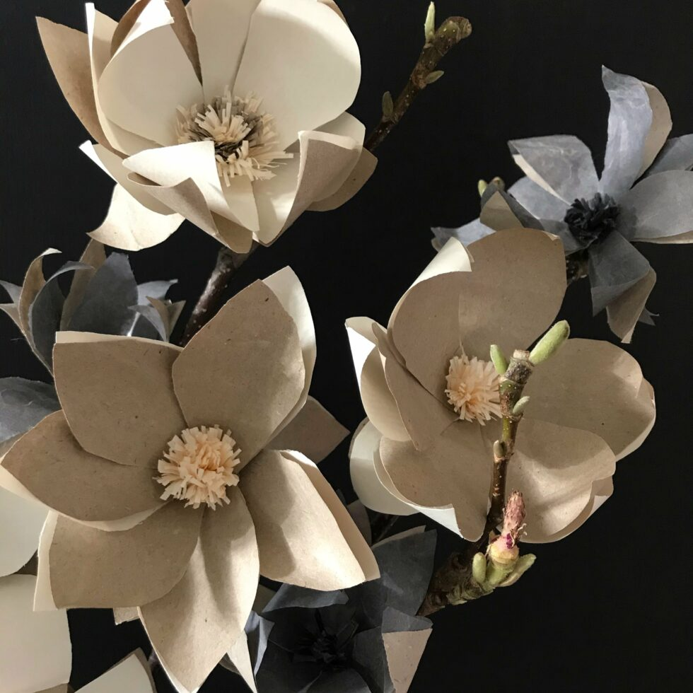 DIY Magnolie aus Papier basteln. Magnolienzweige zur Deko. Papierblume aus Seidenpapier, Geschenkpapier oder Packpapier selber machen. #Chalet8 #Magnolie #Papierblume #Frühlingsdeko #bastelnmitpapier