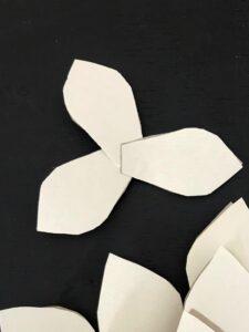 Magnolie aus Papier basteln. Magnolienzweige zur Deko. Papierblume aus Seidenpapier, Geschenkpapier oder Packpapier selber machen. #Chalet8 #Magnolie #Papierblume #Frühlingsdeko #bastelnmitpapier