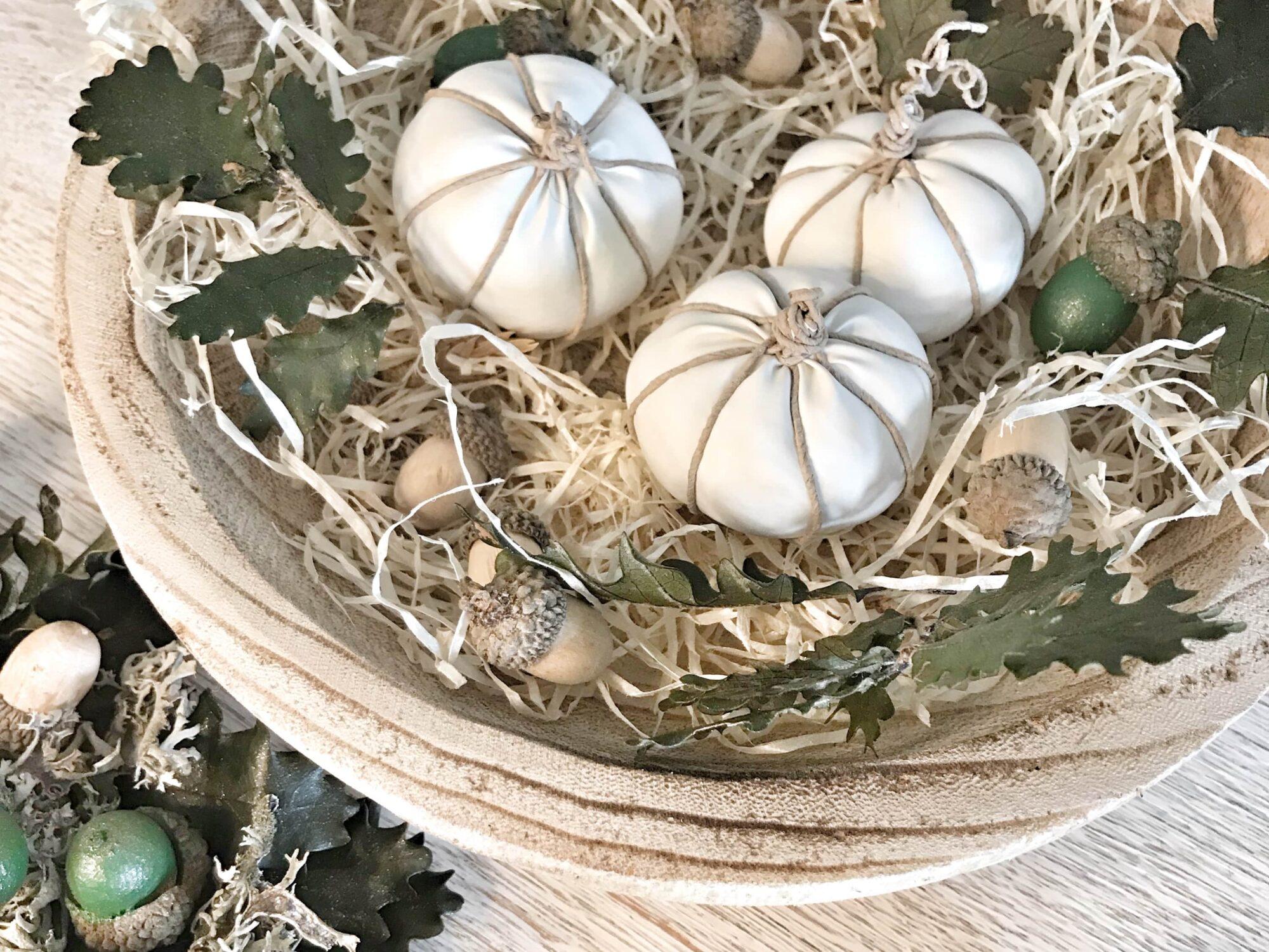 DIY Kürbis Deko: Weiße mini Baby Boos in 5 Min. basteln. #chalet8 #Babboo #Kürbisdeko #weißerkürbis #herbstdeko #herbstbasteln